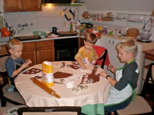 sitni kolači i djeca u kuhinji
