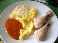 Kuhana piletina s umakom od hrena i rajčice