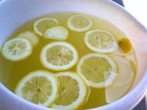 Ploške limuna koje trebaju odstajati u soku od bazge 24 sata