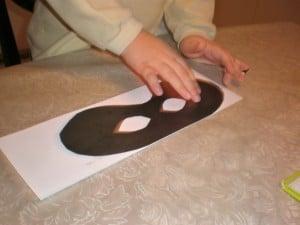 Fotografija izrade maske od papira