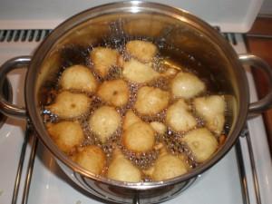 Prženje fritula u vrućem ulju