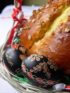 Pinca na slici sa uskršnjim jajima