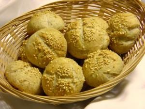 Peciva od integralnog brašna na pladnju