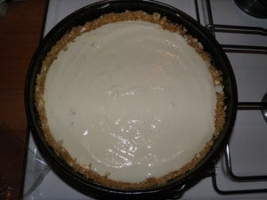 Fotografija opisuje postupak prije samog pečenja cheesecake-a