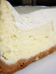 Detalj savršeno kremaste strukture cheesecake-a sa podlogom