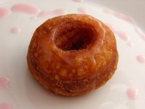 Način serviranja cronuta sa šećernim preljevom