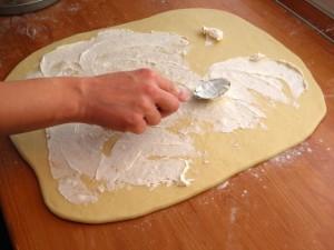 Posupak mazanja tijesta maslacom - korak 2.