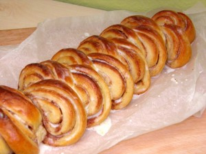 Cinnamon rolls pecivo - kao pletenica