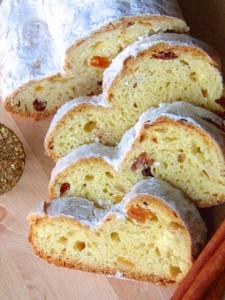 Stollen - slatki božićni kruh na božičnom stolu