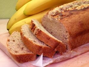 Kruh od banana na pladnju