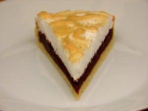 Čokoladni meringue tart - komadić na tanjuru