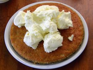 Premazivanje torte od mrkve kremom