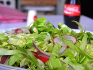 Šarena proljetna salata i coca-cola