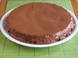 Završni korak izrade Oreo cheesecake - prelivanje čokoladom