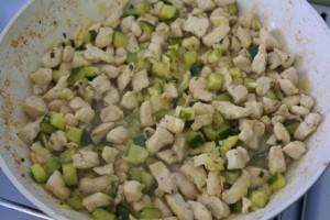 Grčka salata s tjesteninom ipiletinom u nastajanju
