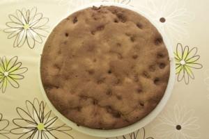 Kada je torta pečena, maknuti obruč i ohladiti tortu...posipati kakaom
