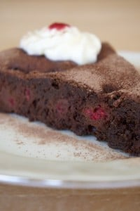Čokoladna torta s malinama spremna za 1. zalogaj! Dobar tek :)