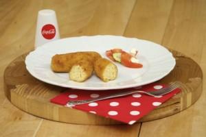Poslužiti krokete od riže uz rajčicu sa feta sirom!