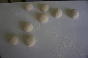 Umijesiti tijesto i podijeliti ga na 8 loptica