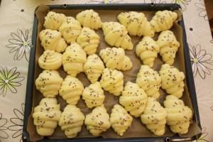 Uzdignute kroasane premazati jajetom i posipati sjemenkama