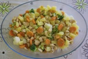Pomiješati piletinu s blanširanim povrćem