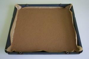Izliti biskvitnu smjesu u veliki lim za pečenje