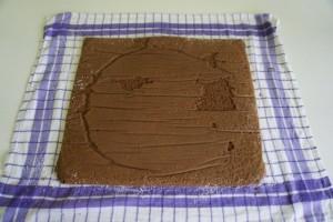 Prebaciti pečeni biskvit na mokru krpu posipanu šećerom