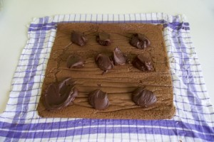 Odmotati biskvit i rasporediti kremu u hrpicama