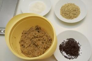 Raditi kuglice koje treba uvaljati u kokos, orahe ili čokoladu