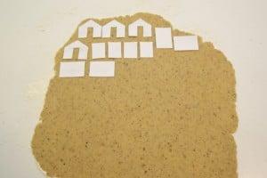 Razvaljati tijesto i položiti na njega izrezane nacrte kućice