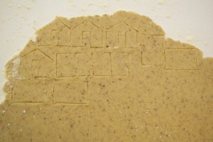 Izrezati dijelove kućice oštrim nožićem oko papirnih nacrta