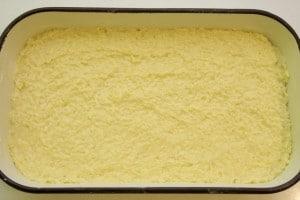 Rasporediti preko tijesta kuhanu rižu s jajima
