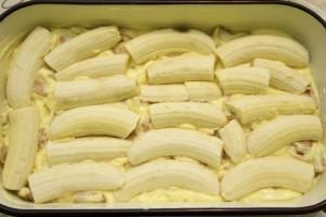 U lim za kolače izliti polovicu smjese, složiti banane...