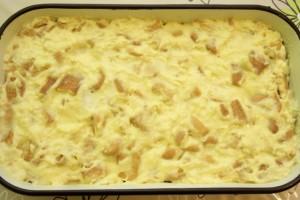 Preko banana rasporediti ostatak smjese s keksima i poravnati, te ohladiti kolač.