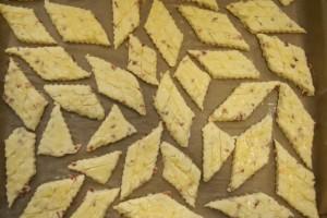 Slagati pogačice u lim na papir za pečenje