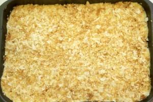Preko višanja složiti sloj žute kreme i posipati izmrvljenim lisnatim tijestom