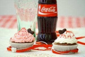 Ukrasite muffine kremicom i ukrasima i poslužite :) Sretno Valentinovo!