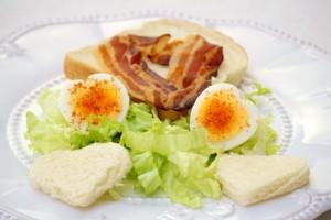 Doručak za Valentinovo - jaja i slanina u obliku srca :)