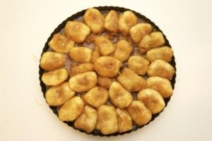 Rasporediti jabuke pirjane u karamelu u kalup za pite