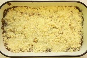 Posipati sve mrvicama od maslaca, šećera i brašna