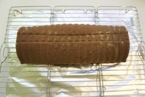 Pečeni kolač iskrenuti na rešetku i ohladiti