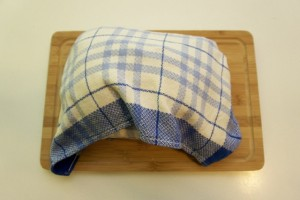 Hladiti šunku omotanu u kuhinjsku krpu