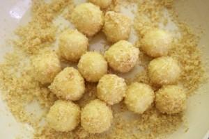 Posipati ih krušnim mrvicama i šećerom