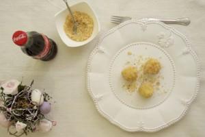 Poslužiti okruglice od sira i grisa sa slatkim mrvicama