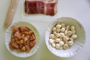 Pripremiti piletinu, pancetu i šampinjone