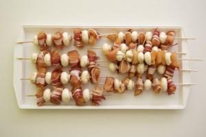 Nanizati na štapiće meso i gljive pa ispeći na roštilju