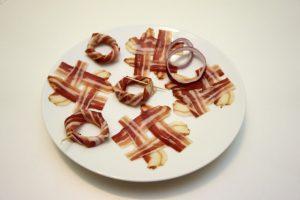 Napraviti od slanine # znak, i omotati kolutove luka spiralno