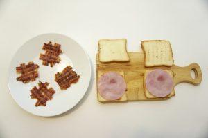 Ispžiti slaninu i pripremiti sendviče