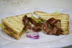 Gril sendviči sa slaninom i prženim kolutićima luka