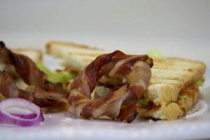 Gril sendviči sa prženim kolutićima luka
